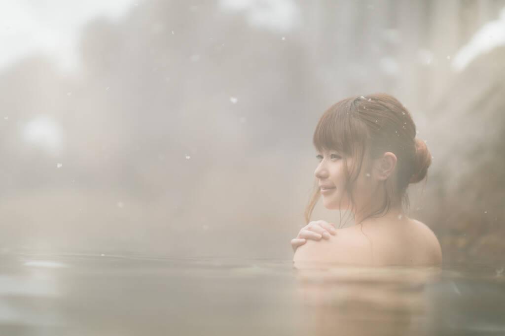 雪見露天風呂と入浴中の美女